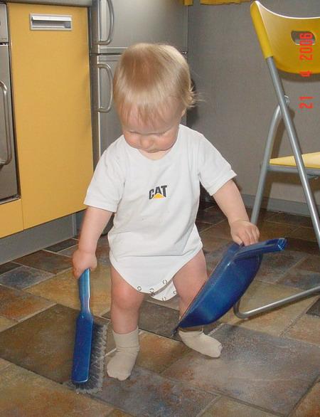 Маленький мальчик затеял уборку...