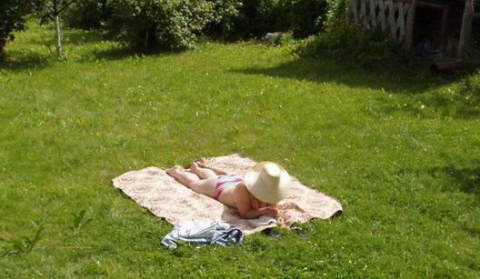 Пока сынуля спит - мама греется на солнышке!!!