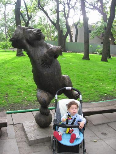 Поддержу медведя в пляске.  Я станцую и в коляске!