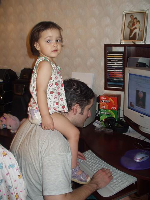 Пока папа в интернете, я на шее посижу...
