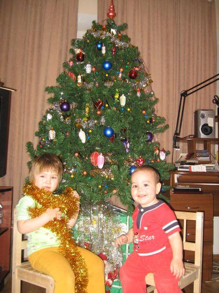 Новогодние подарочки под елочкой лежат...