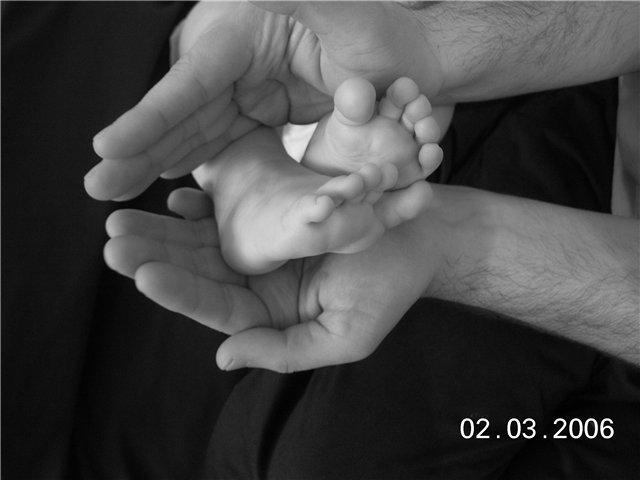 У папы в ладошках-самое драгоценное в его жизни!!&#3